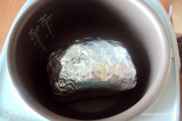 Плотно завернуть мясо в несколько слоев фольги. Оставить в холодильнике на 1 час для маринования. Затем выложить мясо в фольге в мультиварку. Готовить в режиме «Выпечка» при температуре 180 градусов 1 час 15 минут. После окончания оставить мясо в мультиварке еще на 15 минут.
