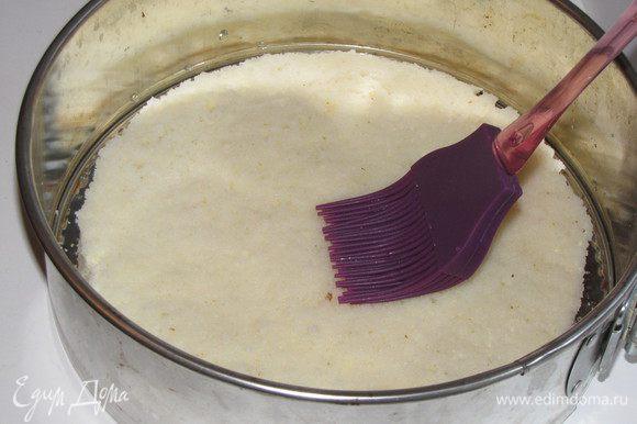 Бисквит выложить в форму и с помощью кулинарной кисти хорошо пропитать его сиропом.