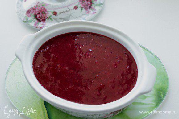 Измельчить ягодную смесь в блендере до однородности, остудить и положить поверх паштета .
