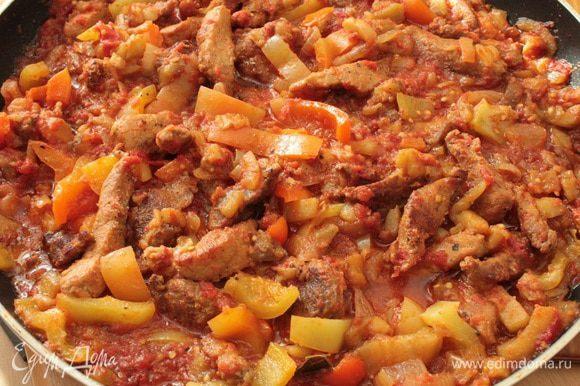 Добавить болгарский перец,чеснок,я добавляю чесночный порошок,по вкусу,он не такой резкий,как свежий чеснок.Тушить еще 10 минут под крышкой,помешивая,жидкость должна испариться почти полностью,но не настолько,что бы блюдо было сухим.Выключить огонь и дать блюду настояться минут 5-10 и можно подавать на стол.Приятного вам аппетита!