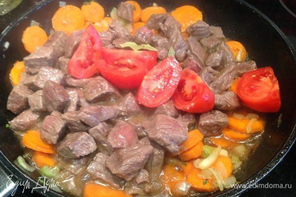 Верните в кастрюлю мясо, добавьте томаты (предварительно надрежьте, залейте кипятком на 2 мин, после чего опустите в холодную воду и очистите, нарежьте на четвертинки) и вино. Дайте жидкости немного впитаться в мясо и овощи, затем добавьте бульон (или воды), лавровые листья и немного ворчестерского соуса.