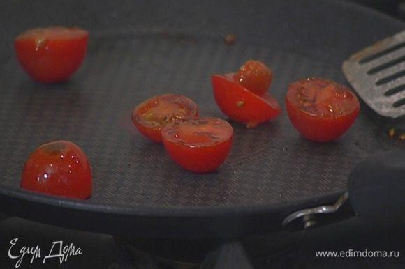 Помидоры разрезать пополам и обжарить на сковороде, где жарились оладьи.