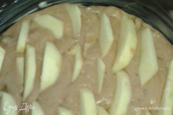 Сверху уложить очищенное и нарезанное дольками яблоко (яблоко нужно «утопить» в тесте или вовсе все смешать), далее выпекать в разогретой до 185 градусов духовке 15 минут. Затем дать бисквиту немного остыть.