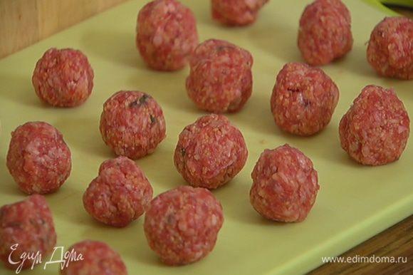 Приготовить фрикадельки: соединить фарш, листья тимьяна, кускус, зиру, посолить, поперчить, все вымешать и сформировать маленькие шарики.