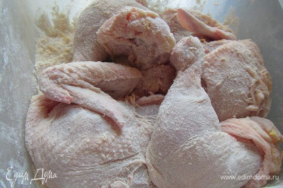 Смешиваем муку с солью, перцем и апельсиновой цедрой. Курицу режем на порционные куски. Обваливаем их как следует в муке (можно, например, это делать в целлофановом пакете).
