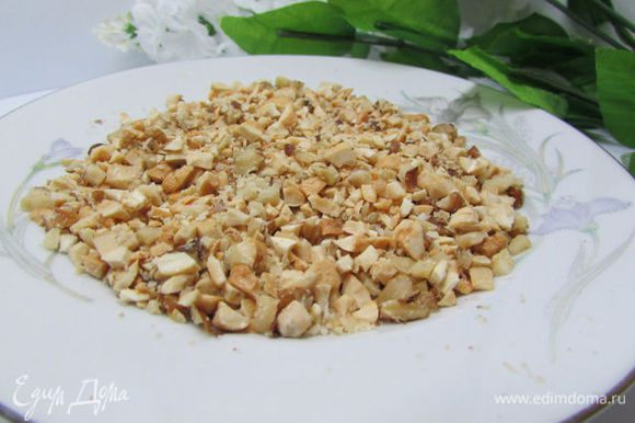 Орешки (у меня смесь: грецкие и кешью) мелко порубить.