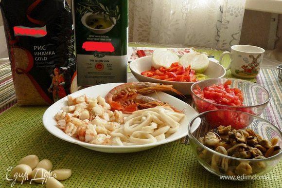 """Приготовление. В мультиварку выложить ингридиенты в следующей последовательности: Оливковое масло 120 милилитров, Обжаренный лук Перец болгарский Помидоры Специи 2 чайных ложки Рис (промытый) Вода (или овощной бульон) 0,6 литра Специи 4 чайных ложки 3 дольки чеснока. Лавровый лист (2 не крупных листочка) Морепродукты (вместе с соусом). Включить режим """"плов"""". Время приготовления примерно 1,5 часа."""
