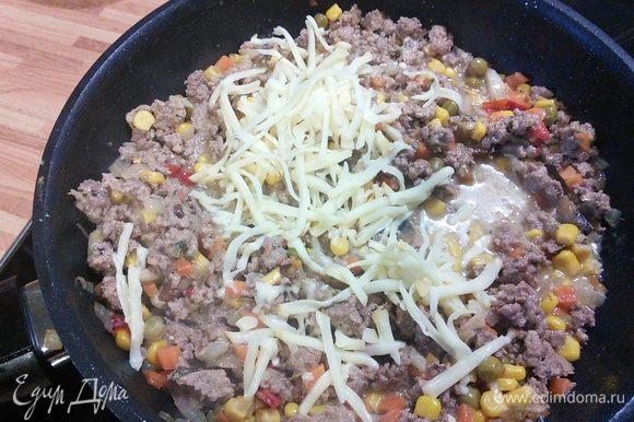 В фарш добавляем оба вида сыров, солим и перчим, можно добавить любую зелень. Тушим до расплавления сыра.