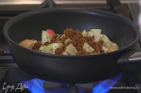 Разогреть в сковороде сливочное масло, выложить яблоки, посыпать их сахаром и потомить.
