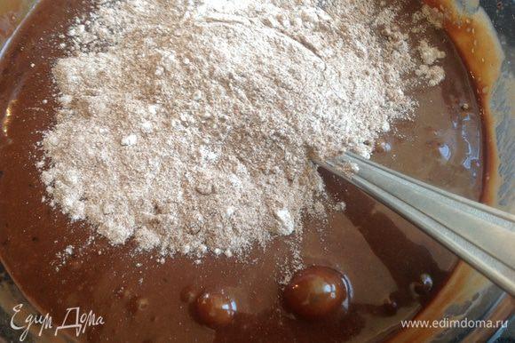 Вмешайте сухие ингредиенты в шоколадную массу.