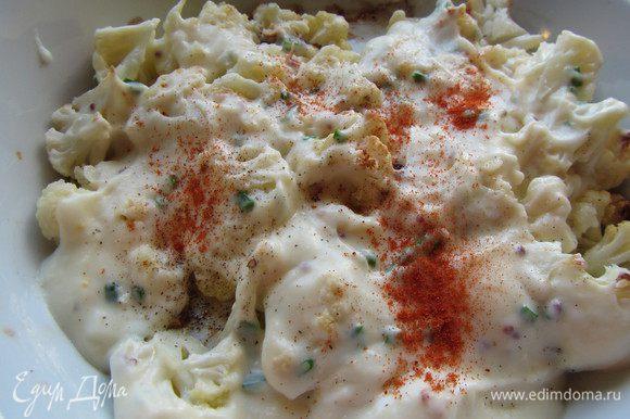 Выливаем на нее наш сырный соус. По вкусу посыпаем небольшой щепоткой кайенского перца (или чили, или паприкой).