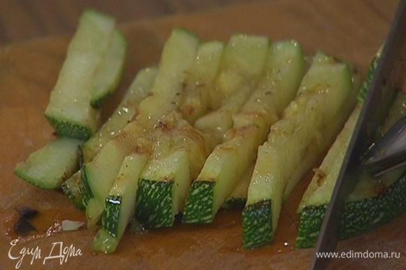 Обжаренные овощи нарезать соломкой.