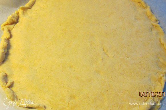 Тесто для пиццы берем любое. Уверена, у многих есть свои предпочитаемые рецепты. Я готовила на основе кукурузной муки вот отсюда: http://www.edimdoma.ru/retsepty/37598-ovoschnaya-mini-pitstsa-na-kukuruznom-teste. Раскатываем его по стандартным размерам - 26-28 см в диаметре.