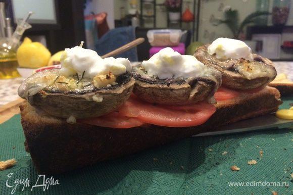 3) На грибы добавляем по ч.л. соуса..