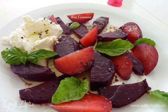 Побрызгать уксусом и маслом. Приправить и посыпать листья базилика.