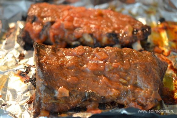 Приготовим соус, в острый добавляем мед по вкусу. Перемешаем и смазать ребрышки с 2х сторон. Вернем в духовку на 30 мин.