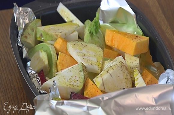 Накрыть овощи краями фольги и отправить в разогретую духовку на 20–25 минут.