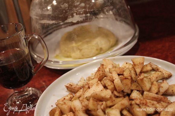 Запарить изюм в горячем чае или в роме. Теперь начинка: яблоки почистить, мелко нарезать, смешать с распаренным изюмом, сахаром и корицей.