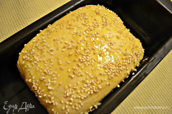 Возьмём форму для выпекания, чуть смазываем растительным маслом, выкладываем хлеб швом вниз. Смазываем желтком и присыпаем кунжутом. Даём тесту расстояться около часа. Выпекаем в разогретой духовке до 180 градусов около 1 ч.