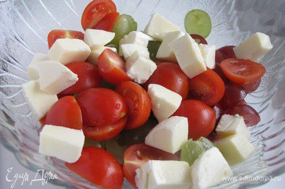 Добавить помидоры черри, разрезанные пополам, и шарики мини-моцареллы.