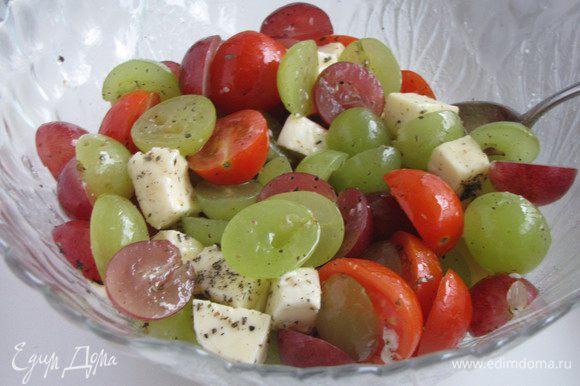 Листики базилика нашинковать тонкой соломкой и добавить к салату. У меня не было свежего базилика, поэтому взяла щепотку сухого. Посолить, поперчить. Заправить оливковым маслом и бальзамическим уксусом. Все аккуратно перемешать.