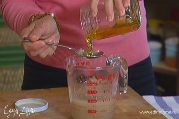 Дрожжи залить 250 мл теплой воды, добавить мед, все перемешать и дать дрожжам немного набухнуть.