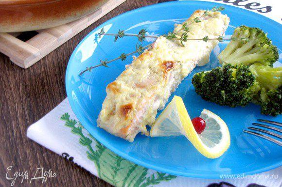 Готовую рыбу подавать с любым гарниром.))) У меня сегодня была брокколи, тушенная в сливочном масле. Приятного аппетита!