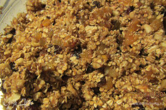В подходящей форме соединяем все продукты: финиковую массу, сухофрукты, орехи, овсяные хлопья.