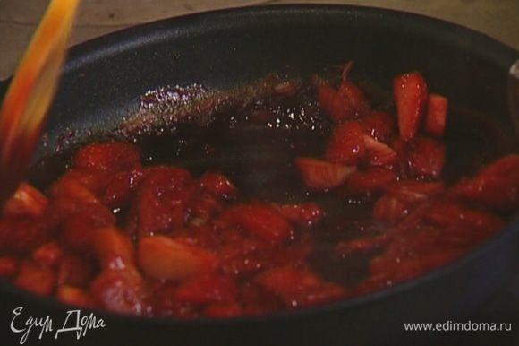 Прогревать 5 минут на небольшом огне, чтобы соус слегка уварился.