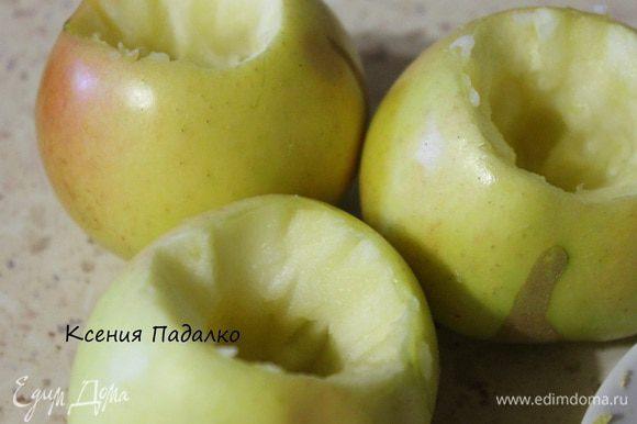 Яблоки помыть, и вырезать у них семенную коробочку, при этом не повредив дно. И начинить начинкой из сахара и изюма.