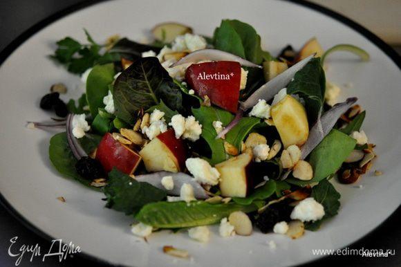 Красный лук порезать тонко, разложить по тарелкам, добавить фета сыр, подсушенный миндаль, изюм.