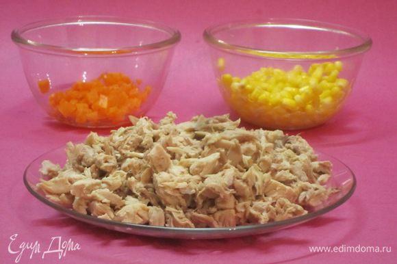 После сигнала вынуть курицу и овощи из чаши мультиварки. Мясо курицы отделить от костей, шкурки удалить. Мясо мелко нарезать. Морковь вынуть из бульона и нарезать кубиками.