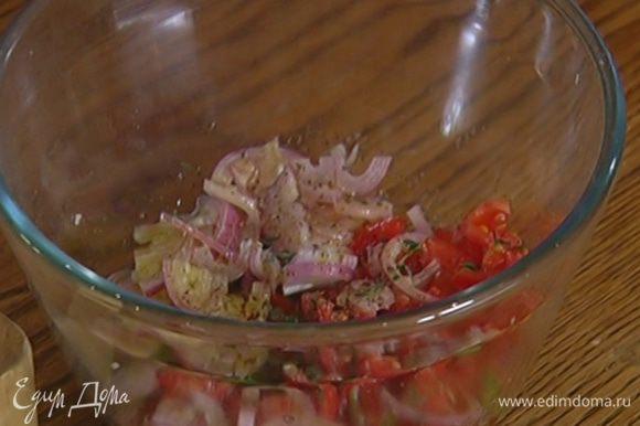 Нарезанные помидоры соединить с перцем чили, луком, листьями тимьяна, полить оливковым маслом, лимонным соком, посолить, поперчить и перемешать.