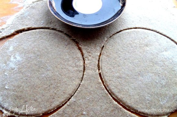 Тесто липкое,раскатываем обязательно на муке. С помощью блюдца вырезаем круги,но можно и одну большую галету испечь.