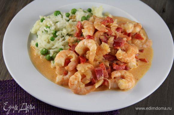 Выкладываем на тарелку рис, а сверху - креветки в соусе. Украшаем сладким перцем. Приятного аппетита))