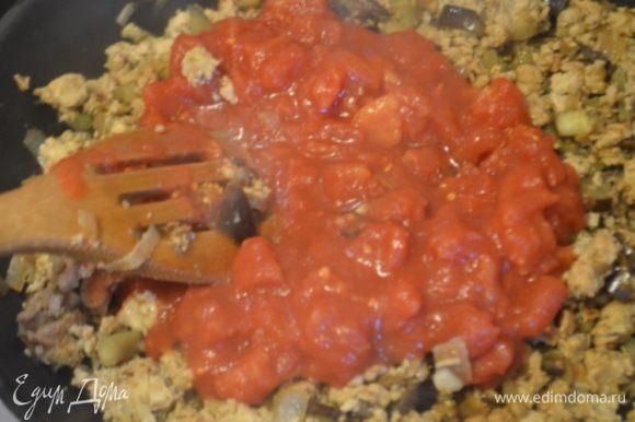 Добавляем томатный соус, солим, перчим, приправляем по вкусу, перемешиваем и тушим еще 15 минут до загустения.