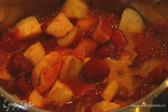 Поставить на небольшой огонь, через минуту добавить клубнику с соком и томить 3–4 минуты, периодически помешивая.