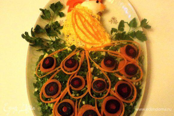 Из яичного белка вырезать голову жар-птицы, клюк, корона, перья на голове из вареной морковки, глаз – из гвоздички или черного перца. Зеленый лук мелко порезать и посыпать на белковый слой, смазанный майонезом. Из моркови, оливок, кусочков сладкого перца сделать хвост птицы, из петрушки – ветку на которой сидит птица. Дать салату настояться 2-3 часа в холодильнике и можно подавать. Приятного аппетита!