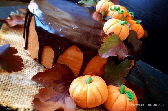 Глазурь. Сливки довести до кипения и растопить в них шоколад. Остудить до комнатной температуры. На охлажденный торт в центр наливать осторожно глазурь, распределяя по всей окружности. Дать глазури чуть остыть и украсить по желанию!