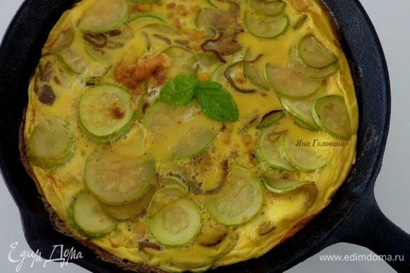 Поставить сковороду в духовку минуты на 3 до готовности . Готовая фритата не много вздувается и покрывается золотистой корочкой .