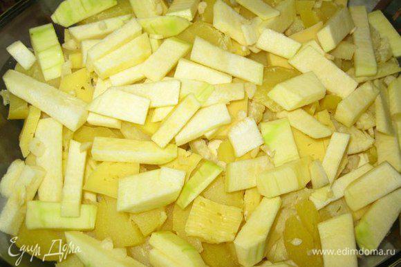 Ломтики картофеля и кабачков уложить слоями в смазанную маслом форму. Кабачок, картофель, тертый сыр, кабачок, картофель.