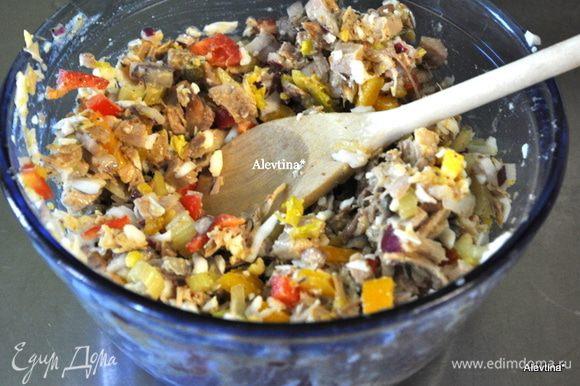 Измельчить сельдерей, белок на терке, сладкий перец, красный лук, цыпленок кусочками. Перемешать. Добавить соль, сахар и заправку из желтков.