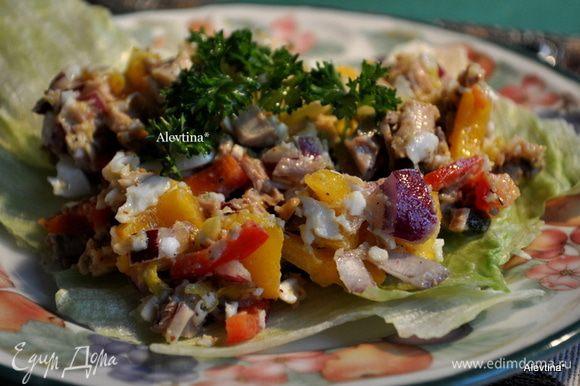 Готовый салат украсить зеленью по желанию. Подавать на тарелки с салатными листьями. Приятного аппетита.