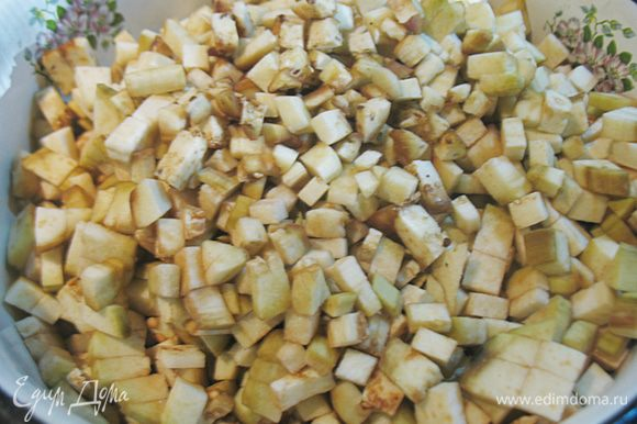Баклажаны нарезать на маленькие кубики и засыпать солью на 30 минут. Я люблю чистить баклажаны от кожицы.