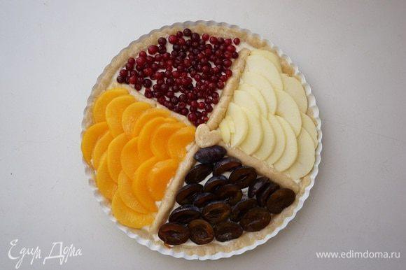 На каждую четвертинку выложить подготовленные ягоды-фрукты. Клюкву присыпала ст. ложкой сахара. Не удержалась и немного присыпала яблоко корицей.