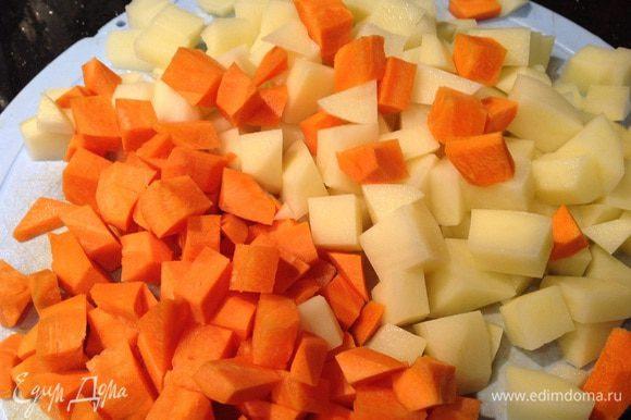 Морковь и картофель вымойте, очистите и порежьте кубиками.