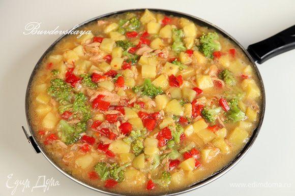 Вылить яично- овощную смесь обратно в сковороду, проткнуть в нескольких местах зубочисткой и готовить на медленном огне, периодически потряхивая сковороду влево и вправо, чтобы наша тортилья «танцевала». Затем провести силиконовой лопаткой вдоль краев тортильи, придавая ей округлую форму. Готовить до тех пор, пока края тортильи схватятся, а середина станет заметно плотнее.