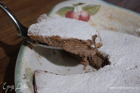 Готовый горячий пудинг посыпать сахарной пудрой.