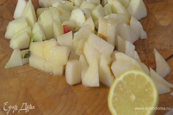 Из половинки лимона выжать сок и сбрызнуть нарезанные фрукты.