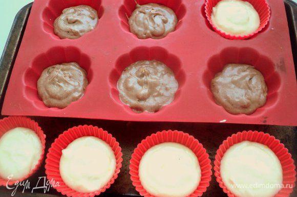Наполнить белым и шоколадным тестом формочки для маффинов или капкейков по 5 шт.